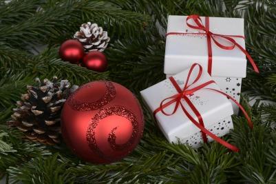 christmas-balls-1891598_1920.jpg
